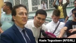 Итальянский правозащитник Антонио Станго общается с журналистами. Алматы, 20 июня 2018 года.