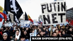 People rally against the bill about sovereign RuNet and censorship on the Internet in Moscow on March 10.