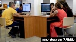 Türkmenistanda Internet kafede internet ulanýan ýaşlar. Illýustrasiýa. Arhiwden alnan surat.