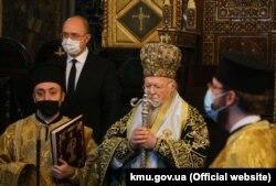Прем'єр-міністр Денис Шмигаль під час відвідин Патріаршого храму Святого Георгія Вселенського патріархату, в якому патріарх Варфоломій провів богослужіння. Стамбул, 1 грудня 2020 року