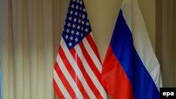 بیرقهای روسیه (راست) و امریکا