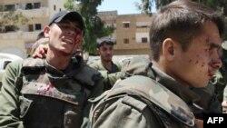 سربازان سوری که در اثر انفجار بمب در مسیر ناظران سازمان ملل زخمی شدهاند