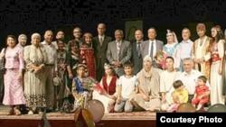 Ўшдаги Бобур номидаги Ўзбек Академик театри жамоаси.