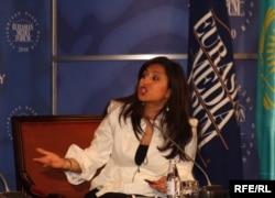 CNN тележүргізушісі Монита Раджпал Еуразиялық медиа форумда. Алматы, 28 сәуір 2010 жыл.