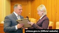 Алла Вертинская вручает Владимиру Константинову благодарность от Общероссийского народного фронта в 2016 году