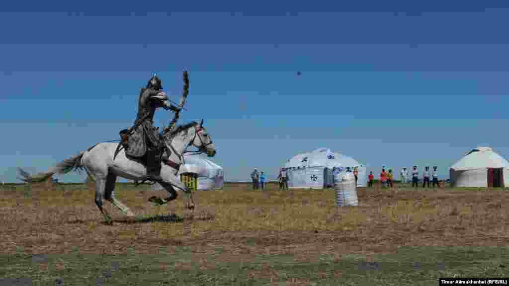 Выступление каскадерской конно-акробатической группы Nomad из города Алматы. Стрельба из положения верхом на лошади по мишени из лука.