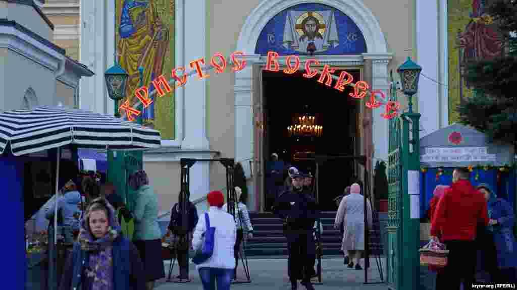 Прихожане, которые прибыли на утреннюю литургию, должны были вначале пройти через рамки металлодетекторов. На входе в храм дежурил наряд полиции