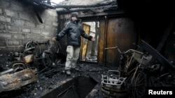 Місцевий житель у зруйнованому внаслідок обстрілу гаражі. Околиці Донецька, 12 лютого 2016 року