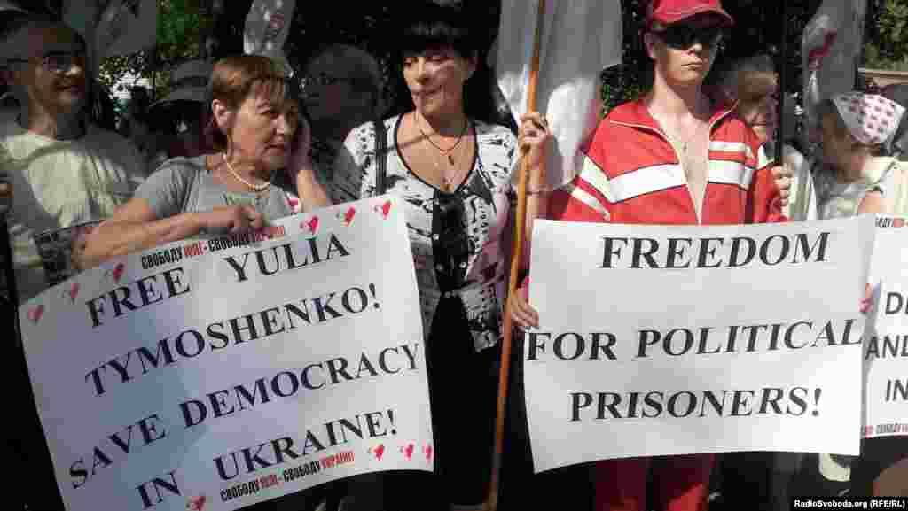 Прихильники Юлії Тимошенко з прапорами та плакатами зустрічають президента Литовської республіки