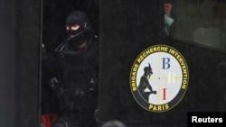 Сотрудники французских спецслужб на месте нападения на полицейских. Париж, 8 января 2015 года.