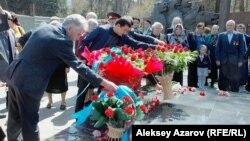 Фашистік концлагерь тұтқындарын азат етудің халықаралық күніне байланысты Алматыдағы Мәңгілік алауға гүл қою рәсімі. 11 сәуір 2015 жыл.
