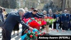 Возложение цветов к Вечному огню в Алматы в Международный день освобождения узников фашистских концлагерей. 11 апреля 2015 года.