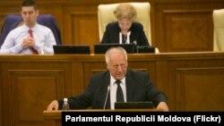 Dumitru Diacov la tribuna centrală a parlamentului moldovean. 31 iulie 2019