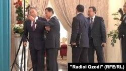 Бывший помощник президента Казахстана Нурсултана Назарбаева Булат Утемуратов (второй слева) пытается сфотографироваться с ним на селфи. Бурабай, 16 октября 2015 года.