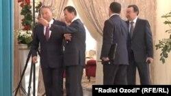 Қазақстан президенті Нұрсұлтан Назарбаевтың бұрынғы көмекшісі Болат Өтемұратовтың (сол жақтан екінші) онымен селфиге түспек болып тұрған кезі. Бурабай, 16 қазан 2015 жыл.