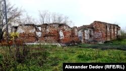 Село Мостовское. Руины в центре села