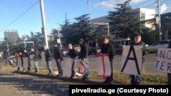 Участники акции протеста против действий России в Алеппо