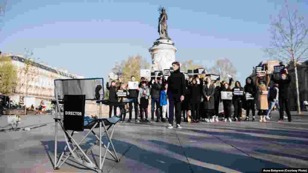 В центре Парижа студенты устроили полноценный съемочную площадку