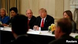 Američki predsjednik Donald Trump za biznismenima u Bijeloj kući 3. februara 2017.