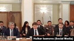 Кыргызстандын премьер-министри Сапар Исаков (ортодо) өкмөт өкүлдөрү менен Ферганадагы жолугушууда.