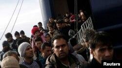 Migrantët që arritën me anije në portin Piraeus të Selanikut