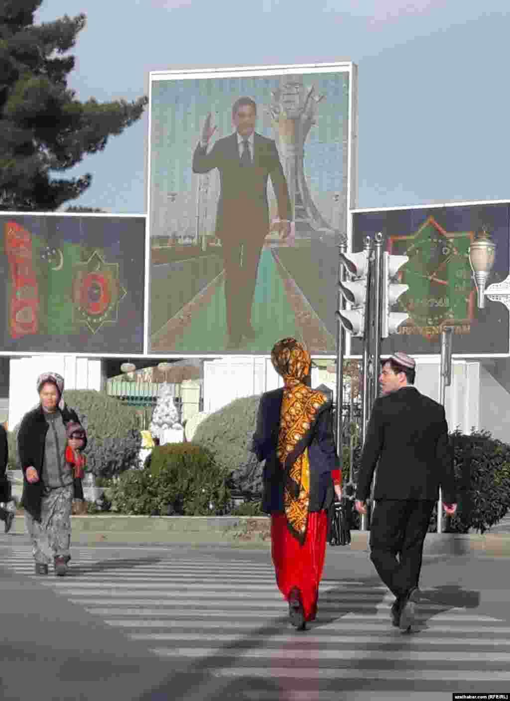 Türkmenistanda prezidentiň portretleri täzelenýär, Aşgabat, ýanwar, 2018