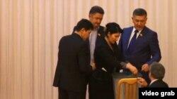 Қирғиз парламенти депутатлари яширин овоз бериш йўли билан спикерни сайламоқда.