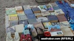 Köçede satylýan köne kitaplar
