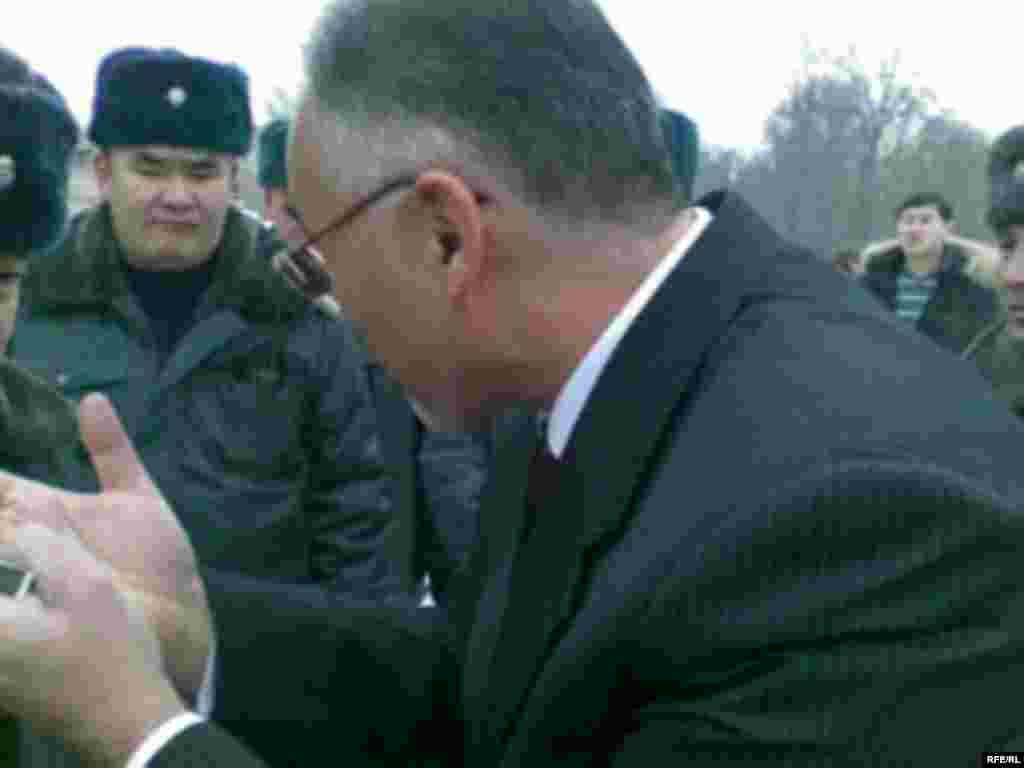 Правоохранительными органами Кыргызстана задержаны организаторы акции по сожжению государственных флагов США и Израиля Нурлан Мотуев и Турсунбай Бакир уулу, сопредседатели Союза мусульман КР.