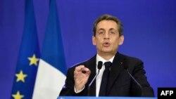 Nicolas Sarkozy duke folur para mbështetësve të tij pas shalljes së rezultateve të zgjedhjeve lokale