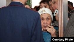 Полицей сотқа келген азаматтармен сөйлесіп тұр. Ақтау, 27 наурыз 2012 жыл. (Көрнекі сурет)