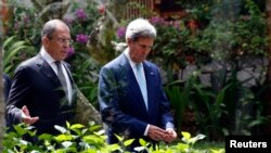 ABŞ-nyň döwlet sekretary Jon Kerri (sagda) we Russiýanyň daşary işler ministri Sergeý Lawrow. Bali, Indoneziýa. 7-nji oktýabr, 2013 ý.