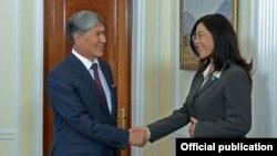 Президент Кыргызстана Алмазбек Атамбаев и представитель Детского Фонда ООН (ЮНИСЕФ) в Кыргызкой Республике Юки Мокуо.
