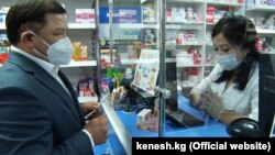 Спикер парламента Дастан Джумабеков в одной из столичных аптек. Бишкек. 8 июля 2020 года.
