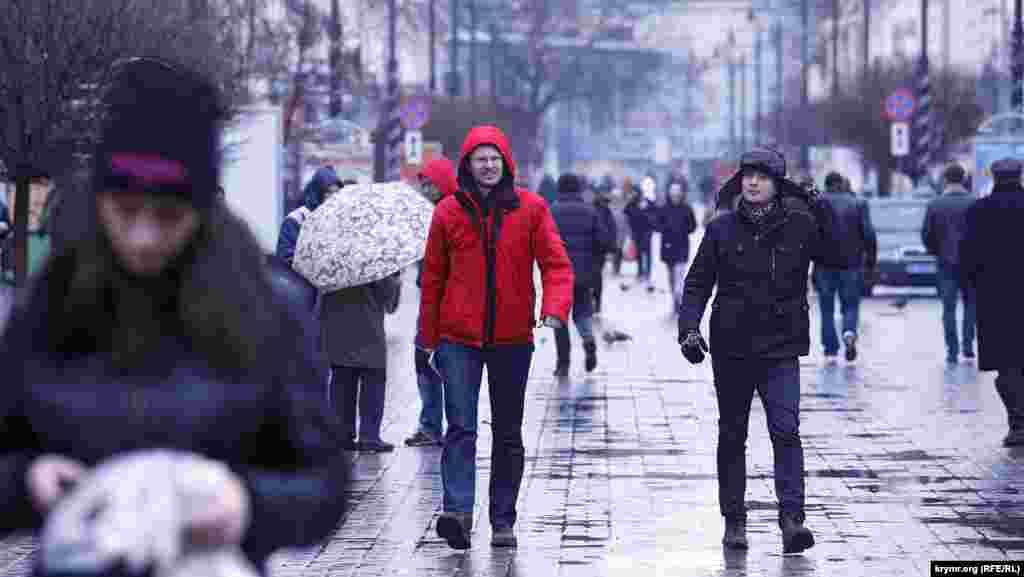 Вулиця Карла Маркса, якою треба пройти два квартали, щоб потрапити від Ради міністрів до Верховної Ради Криму, була заповнена людьми і виглядала зовсім буденно