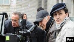 حامد کلاهداری (راست) کارگردان فیلم «پایان نامه» سر صحنه فیلمبرداری اثر سینمایی «شکلات داغ» همراه با محمود کلاری (نفر وسط)، فیلمبردار.