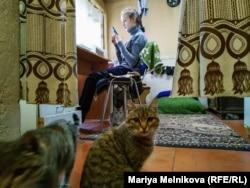Анна Флорова үйінде отыр. Орал, 4 қараша 2019 жыл.
