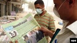عراقيان يقرآن جريدة الشرق الاوسط(من الارشيف)
