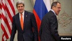 Госсекретарь США Джон Керри (слева) и министр иностранных дел России Сергей Лавров. Париж, 13 января 2014 года.
