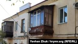 Балкон с коваными украшениями в доме №15 на улице Партизанской