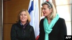 وزیر امور خارجه اسراییل ( سمت چپ) در حال استقبال از اورسولا پلاسنیک، وزیر امور خارجه اتریش