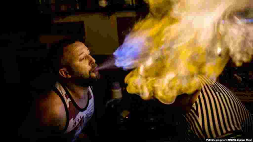 Вечеринка в Gungubazz bar, Донецк, 13 июня 2015 года, бармен совершает свой любимый трюк: поджигает алкоголь в старом армейском шлеме