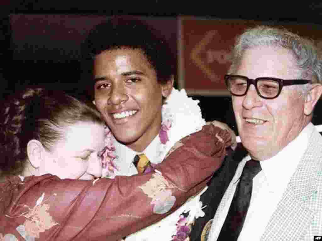 فارغالتحصيلی دبيرستان در سال ۱۹۷۹، باراک اوباما جوان به همراه استنلی ومادلين دانام، مادر و پدر بزرگ از جانب مادری.