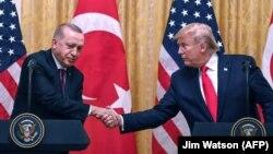 Presidenti amerikan, Donald Trump dhe ai turk Recep Tayyip Erdogan gjatë një konference për media më 13 nëntor 2019.