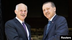 Հունաստանի վարչապետ Գեորգիուս Պապանդրեուն (ձախից) ողջունում է իր թուրք գործընկեր Ռեջեփ Էրդողանին (աջից)