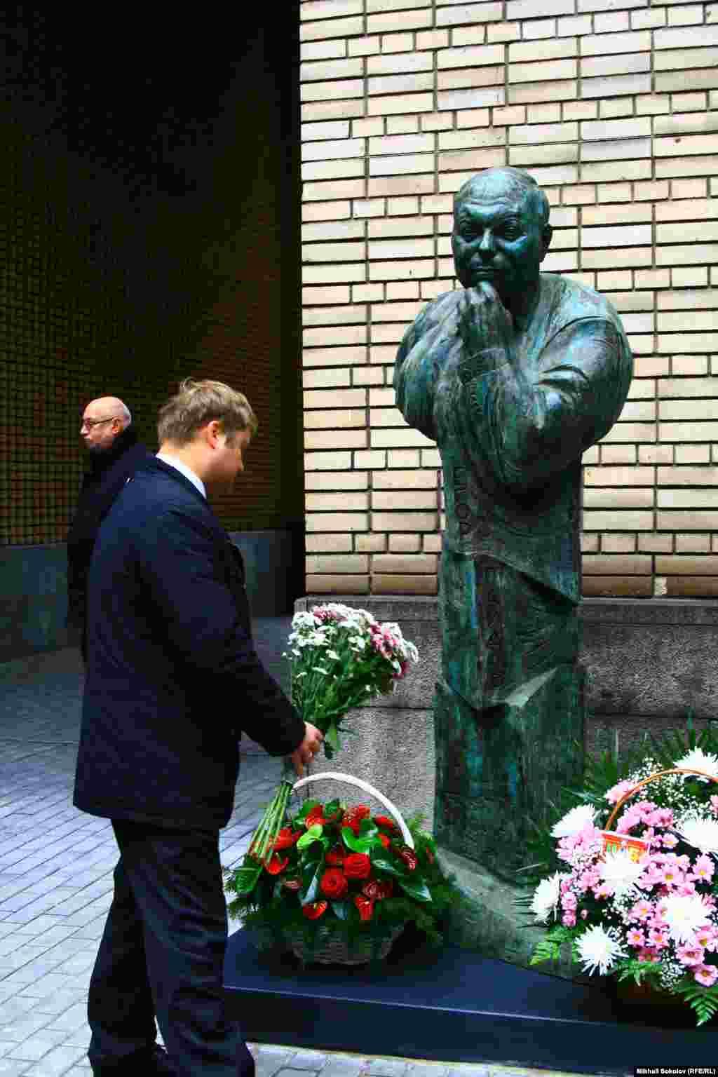 Петр Гайдар у памятника Егору Гайдару
