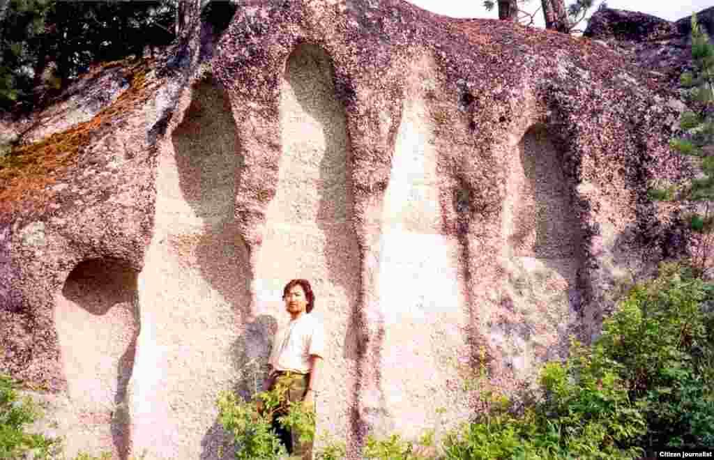 Символ. На одной из скал в ауле Маралды Катонкарагайского района Восточно-Казахстанской области изображен рисунок пятерни. В горах Алтай в Китае есть картины высотой один-полтора метра эпохи бронзы. Прислал Жанарбек Беристенов.