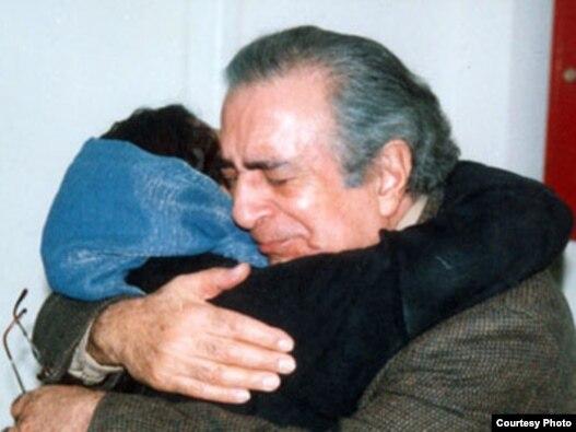 سیامک پورزند هنگام دیدار با دخترش، آزاده، در ایران، پنج سال پیش