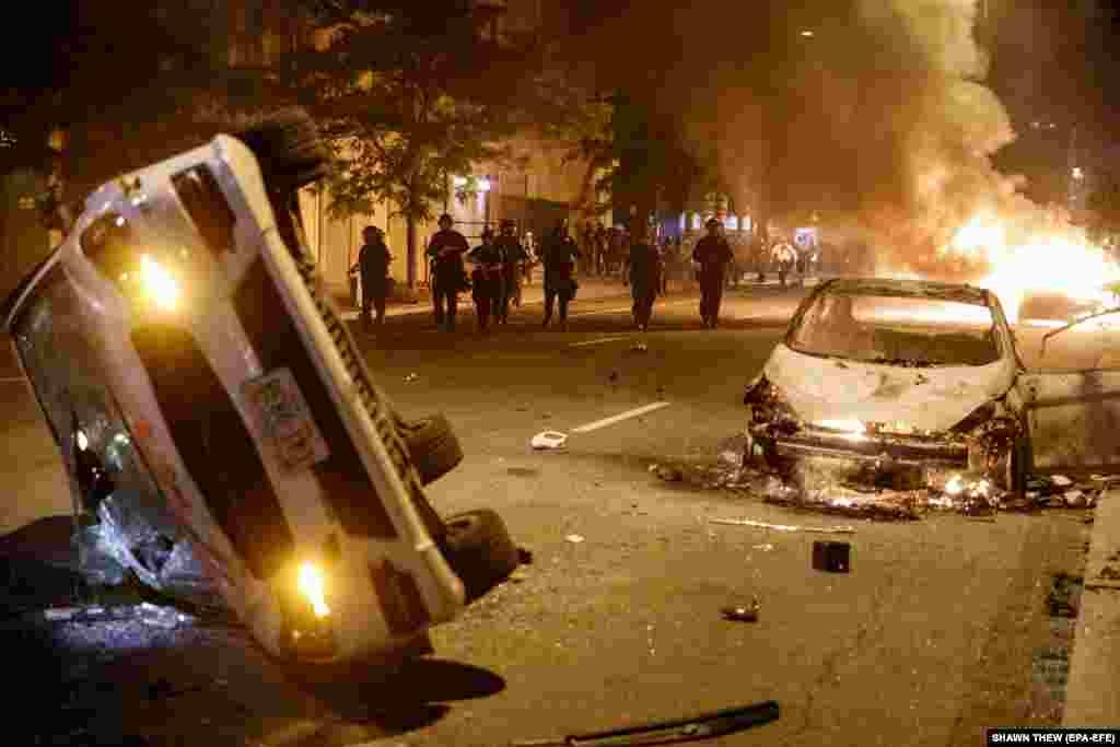 Поліцейські наступають на протестувальників, які підпалили три автівки неподалік Білого дому. Вашингтон, округ Колумбія. 31 травня 2020 року (Фото EPA-EFE/SHAWN THEW)