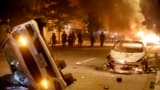 U.S. -- Protests Washington -- Police officers advance on protesters after they set three cars on fire during a demonstration over the death of George Floyd, who died in police custody, near the White House in Washington, DC, USA, 31 May 2020. A bys